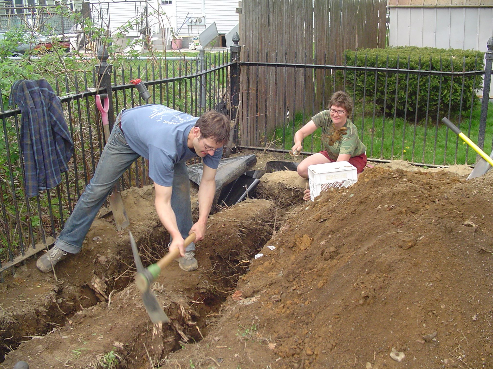Keith and Lisa dig bamboo trench | Paradise Lot